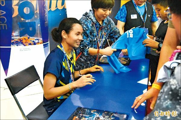 戴資穎(左)昨奪冠後,出席廠商安排的粉絲簽名會,限量50名快速額滿。(特派記者卓佳萍攝)