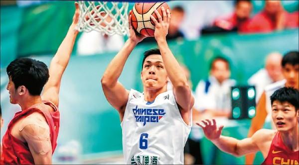 周儀翔接受FIBA官網採訪,圖為他去年在亞洲挑戰盃出戰中國。 (取自FIBA官網)