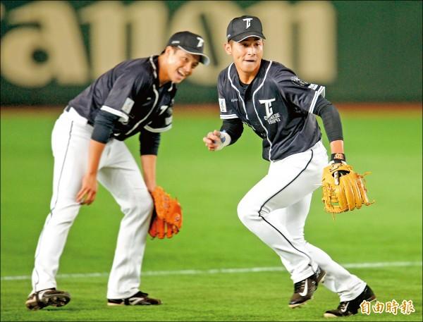 陳傑憲(右)練球後觀看日韓大戰,第1次在東京巨蛋當觀眾。 (特派記者林正堃攝)