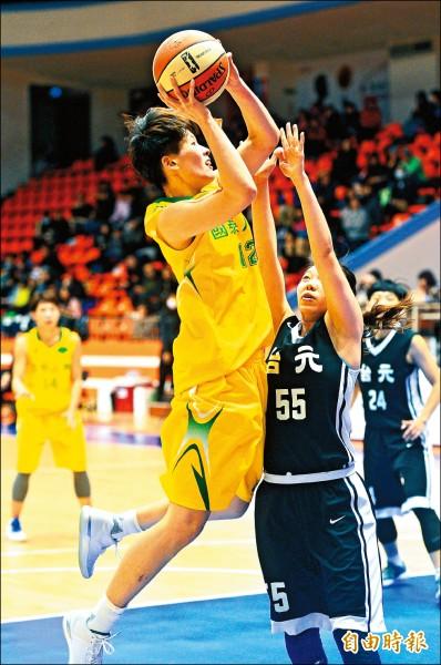 國泰鄭伊秀(左)帶球上籃,台元球員防阻不及。 (記者王藝菘攝)