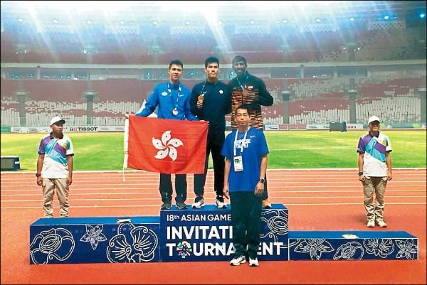 「全台最速男」楊俊瀚(中)昨在印尼亞運測試賽男子200公尺項目摘金。(田徑協會提供)