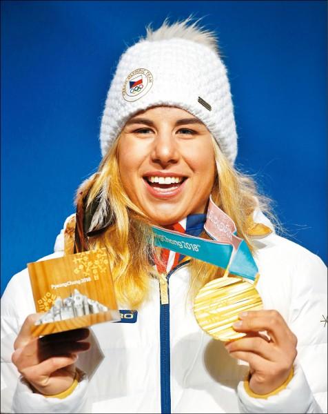 捷克女將萊德茨卡日前在平昌冬奧奪下女子高山滑雪超大曲道金牌後,昨又摘下女子雪板平行大曲道金牌,成為首位在同屆冬奧拿下跨項目雙金的女子選手。(美聯社)