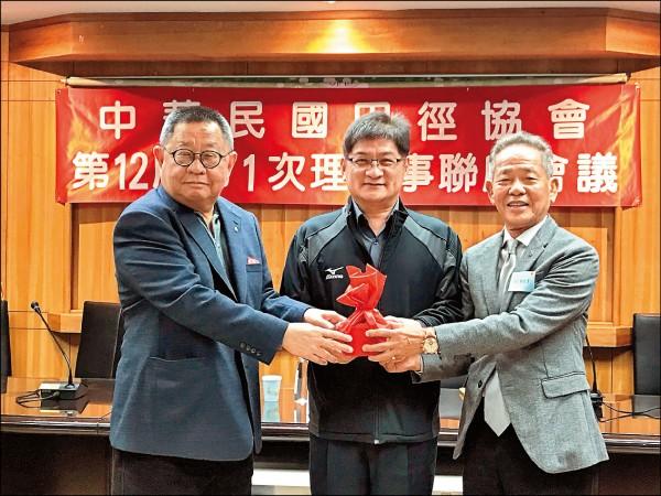 蔡辰威(左)卸任田協理事長,由葉政彥(右)接棒。(田協提供)