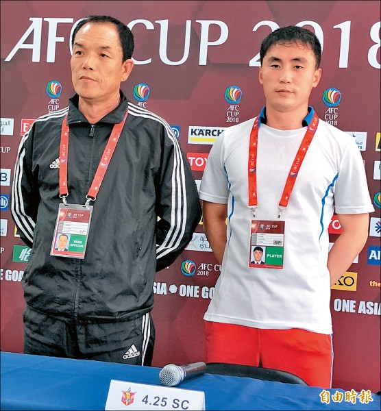 北韓4.25 SC總教練吳允善(左)及隊長安日凡。(記者林岳甫攝)