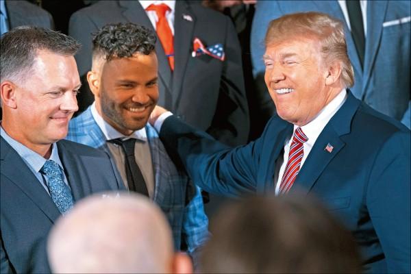 去年世界大賽冠軍太空人隊造訪白宮,美國總統川普(右)與艾圖維(中)有說有笑。(今日美國)