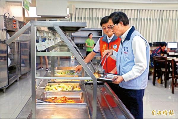 體育署副署長王水文昨南下國訓中心了解餐廳菜色。(記者粘藐云攝)