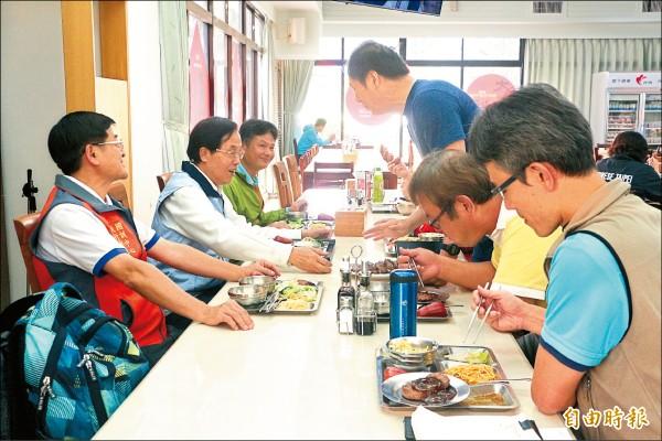 體育署副署長王水文昨與國訓中心選手們共進午餐。(記者粘藐云攝)