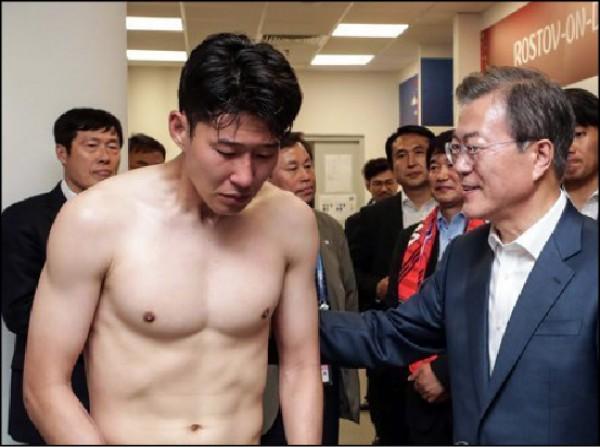 南韓總統文在寅(右)在南韓輸球後,到休息室激勵球員,「亞洲一哥」孫興慜(左)又飆淚。(取自網路)