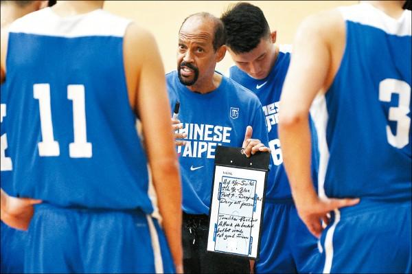 瓊斯盃國際籃球邀請賽,今「台日大戰」由外籍教頭帕克(中)督軍。 (資料照)
