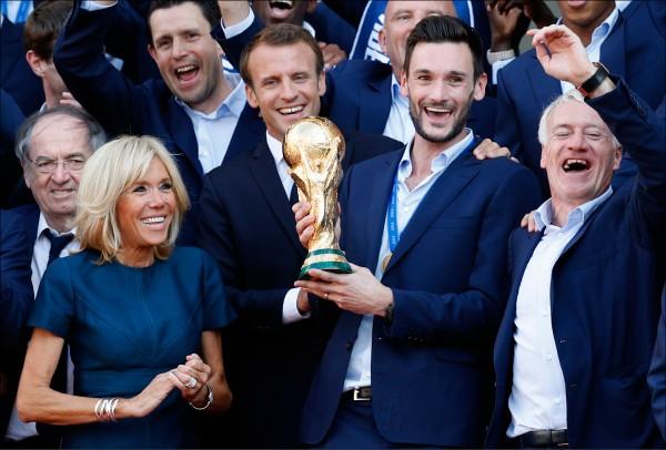 法國隊世界盃奪冠,球員和教頭都受到英雄式歡迎,法國還把地鐵站其中一站改成主帥德尚(右)的名字,不過是當天「限時更名」。(美聯社)