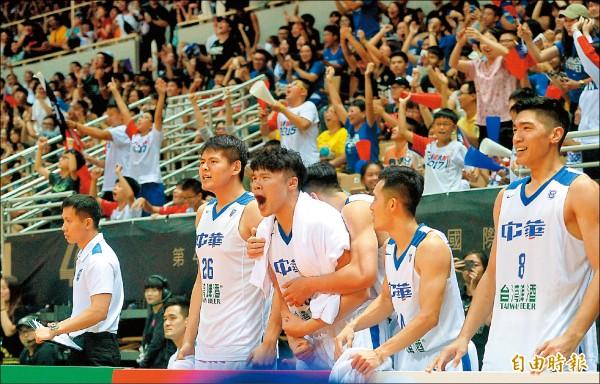 台灣藍逆轉勝打敗南韓,球員和球迷都嗨到不行。(記者林正堃攝)
