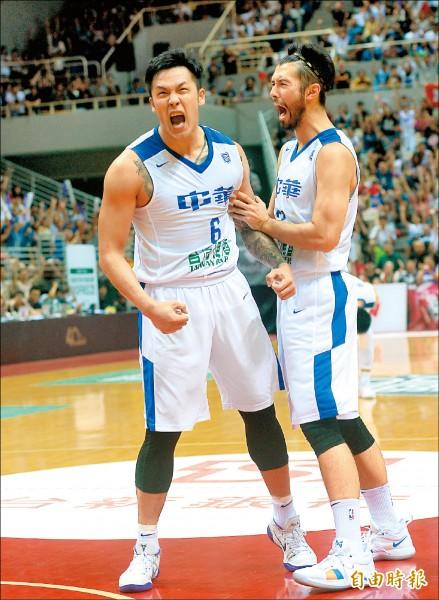 周儀翔(左)終場前2度切入籃下得分,助台灣藍鎖定勝局。 (記者林正堃攝)