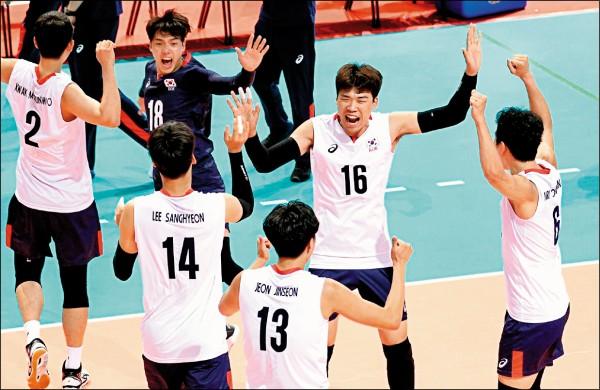 南韓隊驚險化解6個賽末點,最終擊敗日本隊。(排球協會提供)