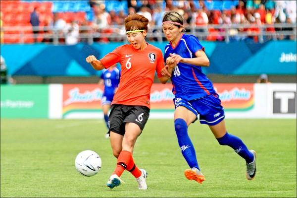 台灣隊前鋒余秀菁(右)在第74分鐘漂亮破網,可惜仍無法助球隊力挽狂瀾。(法新社)