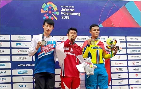 江勝山(左1)在自由車下坡賽拿下銀牌。(教練楊東蓁提供)