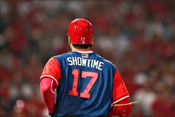 昨起大聯盟各隊穿上綽號球衣,昨天上場代打的大谷翔平背後繡上Showtime」頗吸睛。(美聯社)