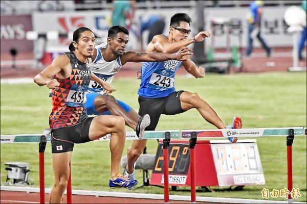 陳傑(右)在男子400公尺跨欄決賽,以0.5秒之差錯失獎牌。(特派記者陳志曲攝)