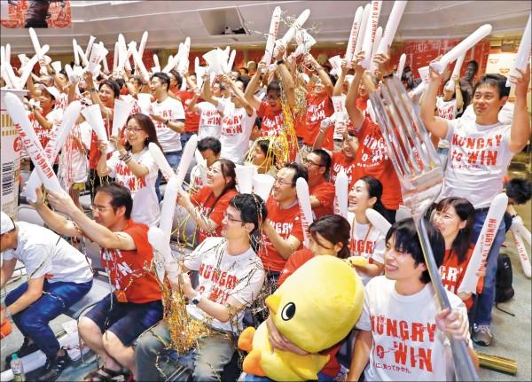 大坂直美奪冠的那一刻,遠在東京的民眾高聲歡呼。(美聯社)