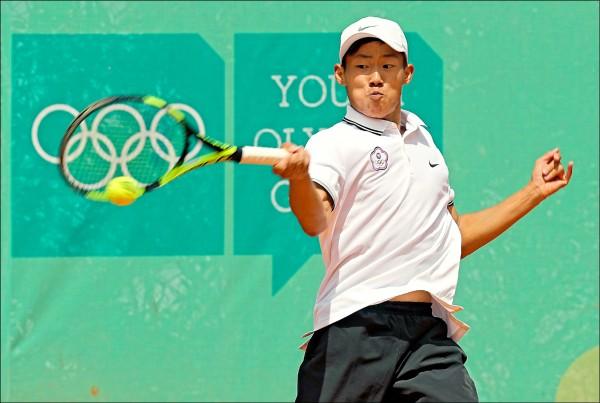 曾俊欣昨在青奧網球男單8強賽中,不敵地主選手阿寇斯塔。(中央社資料照)