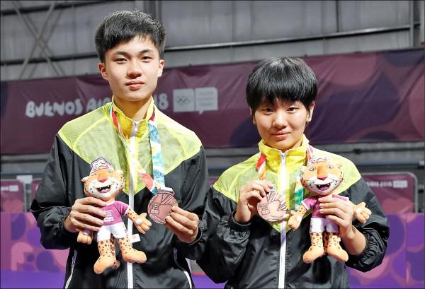 青奧我國桌球好手林昀儒(左)、蘇珮綾(右)搭檔國際混合團體賽,擊敗歐洲聯隊收下銅牌。(中央社)