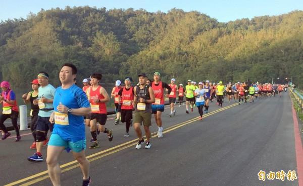 參與日月潭環湖馬拉松的選手,在鳴槍後卯足全力爭取好成績。(記者謝介裕攝)