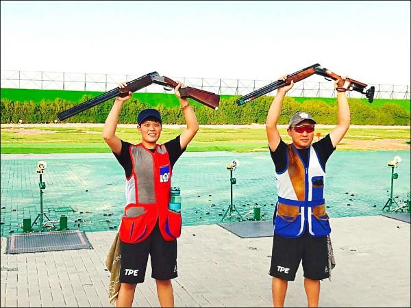 我國好手劉宛渝(左)與搭檔施榮宏(右)在科威特亞洲飛靶射擊錦標賽混合團體奪金。(施榮宏提供)