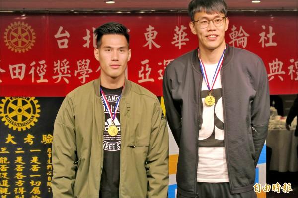 東華扶輪社打造純金獎牌,致贈給台灣之光楊俊瀚(左)、陳奎儒。(記者卓佳萍攝)