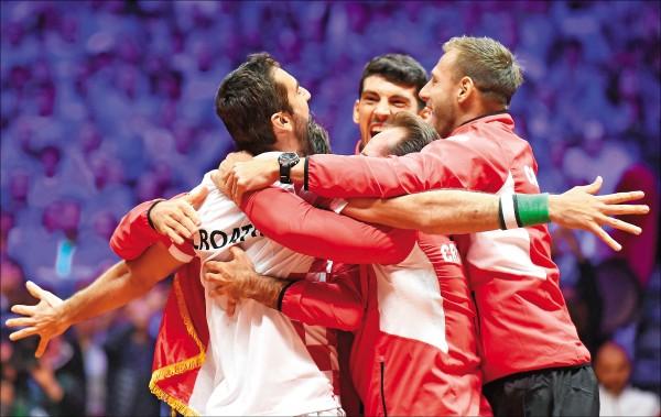 西利奇(左)帶領克羅埃西亞擊垮法國衛冕軍,再奪台維斯盃世界組冠軍。 (法新社)