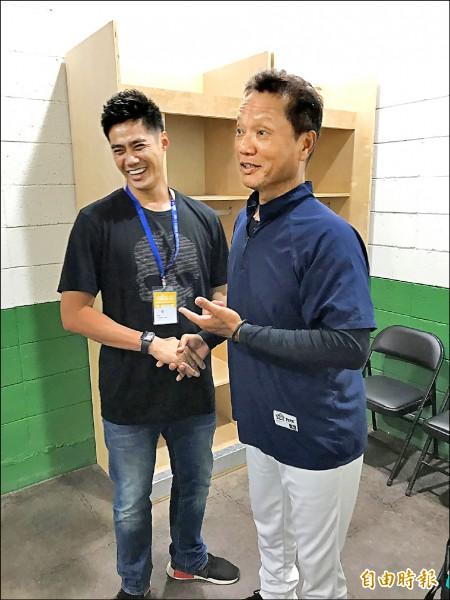 陳偉殷(左)探望中職聯隊總教練林振賢。(記者徐正揚攝)
