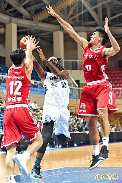 臺北達欣梅奧(中)進攻籃框遭對手包夾防守。(記者陳志曲攝)