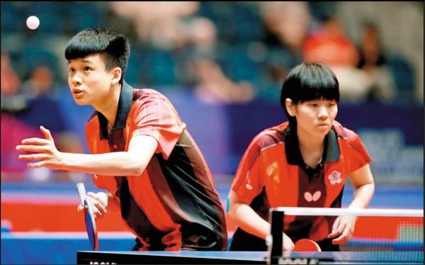 馮翊新(左)/蘇珮綾為台灣摘下世青賽史上首面混雙銅牌。(取自官網)