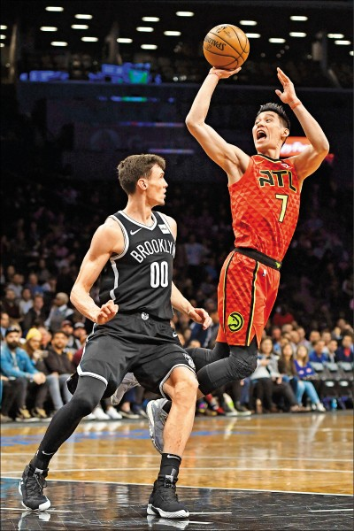 林書豪(右)昨替補出戰老東家籃網,進帳16分、5籃板。(法新社)