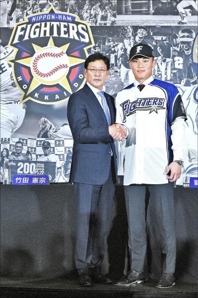 王柏融(右)月底將赴日本火腿報到。(資料照)