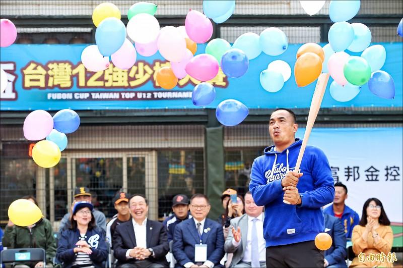 富邦盃台灣12強少棒賽昨由宣傳大使陳金鋒揮棒,宣布賽事開打。(記者劉信德攝)