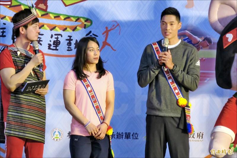 舉重女將郭婞淳(中)與陳傑(右)昨為原住民運動會站台。(記者卓佳萍攝)