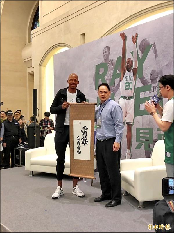 NBA傳奇射手「雷槍」艾倫本週旋風訪台。(圖左,記者粘藐云攝)