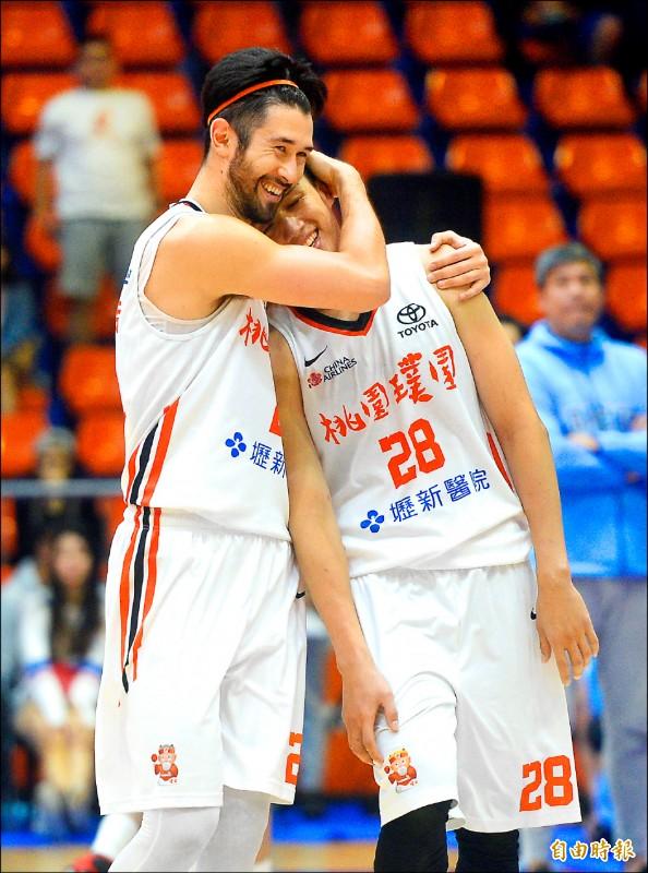 施晉堯(右)攻下全隊最高19分,簡浩給愛的抱抱鼓勵。(記者林正堃攝)