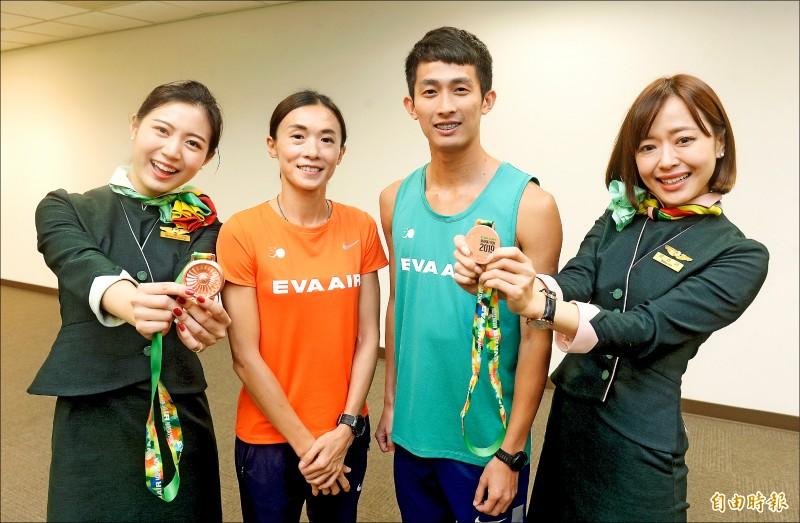 周庭印(右二)、謝千鶴(左二)號召國內、外路跑愛好者一起來跑半馬。(記者林正堃攝)