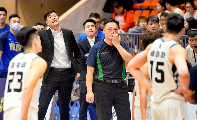 裕隆球員前日與勇士發生衝突,教練李啟億(後排左二)氣得要全隊覺醒。 (資料照)