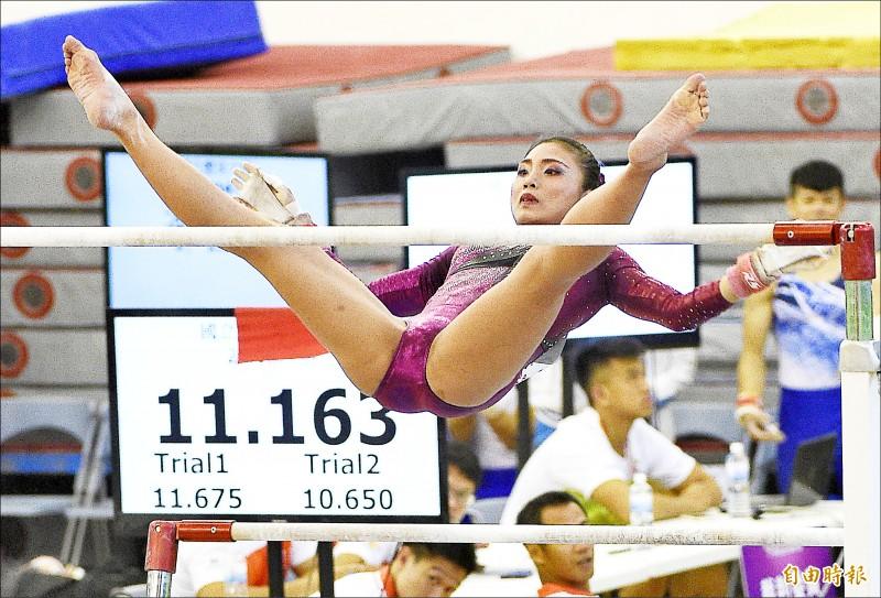 麥劉湘涵拿下全大運競技體操高低槓項目公開女生組金牌。 (記者陳志曲攝)