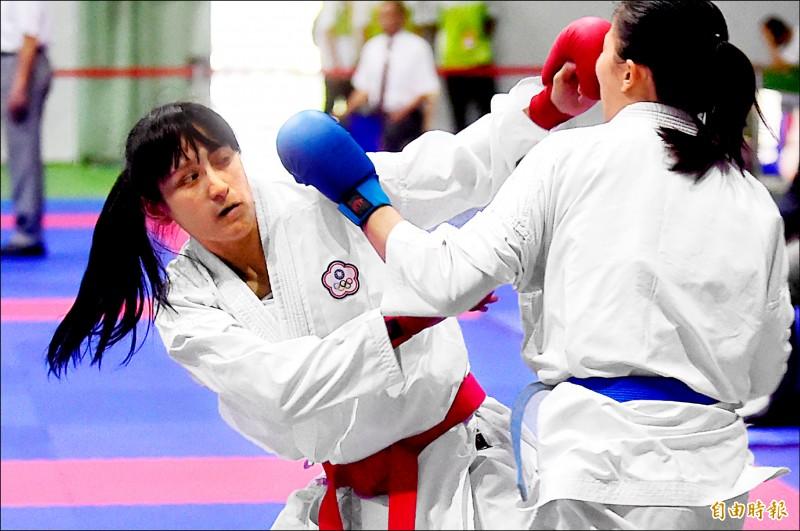 北市大谷筱霜(左)決賽擊敗對手,拿下全大運空手道女生組對打第二量級金牌。(記者廖耀東攝)