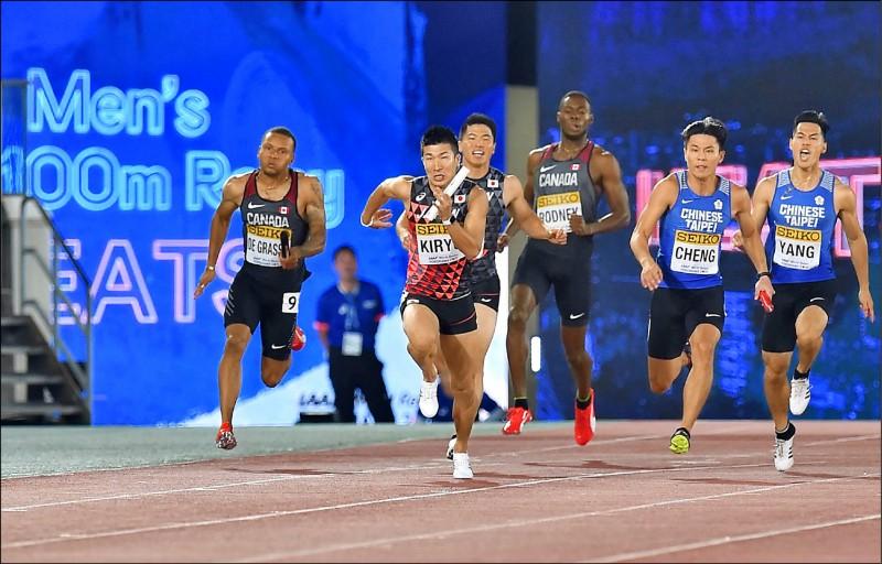 台灣隊楊俊瀚(右一)與鄭博宇(右二)接傳順暢,最終跑出賽季最佳38秒89。(法新社)
