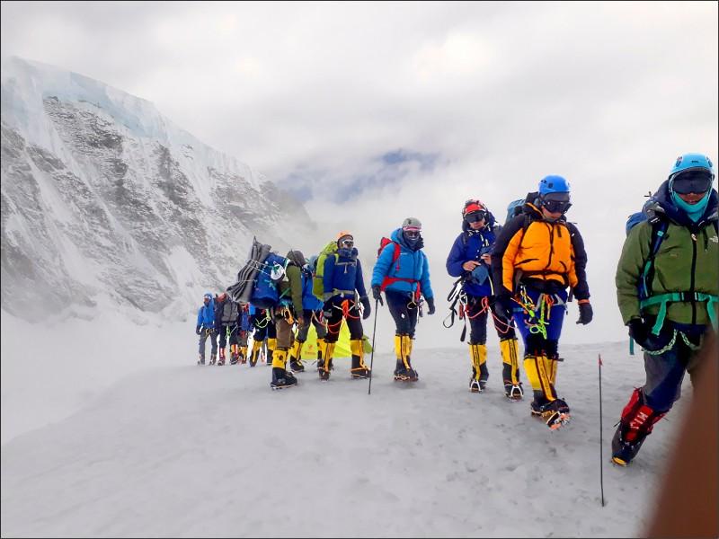 台灣竹科工程師曾文毅,行前做足體能訓練,在攀登聖母峰過程還被封為「台灣氂牛」。(取自曾文毅臉書)