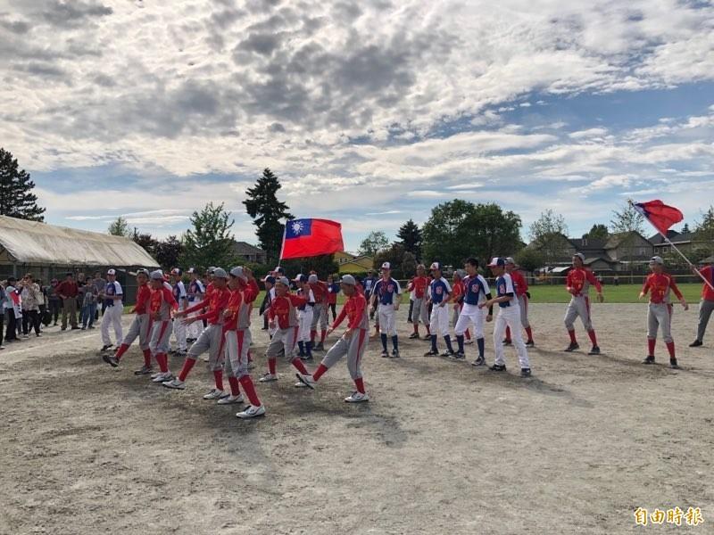 花蓮富源聯盟少棒隊舉國旗跳舞。(黃斐琳攝)