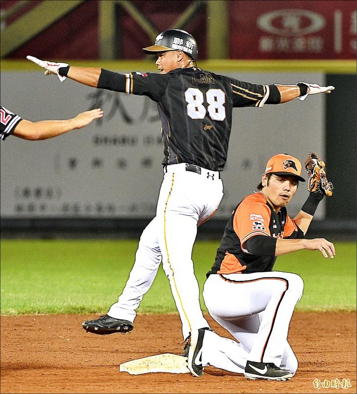 桃猿藍寅倫(左)自比SAFE手勢,成功盜上二壘。(記者陳志曲攝)