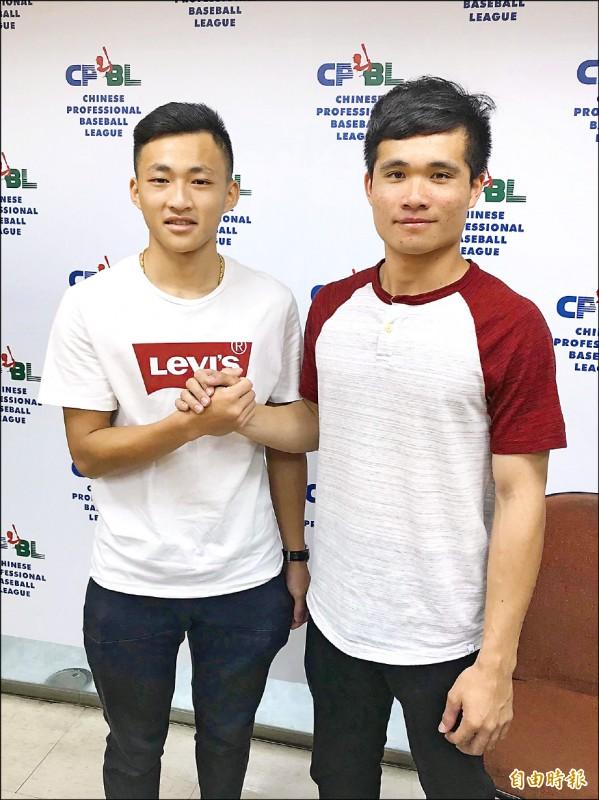 文化大學李凱威(右)、郭天信報名中職選秀。 (記者徐正揚攝)