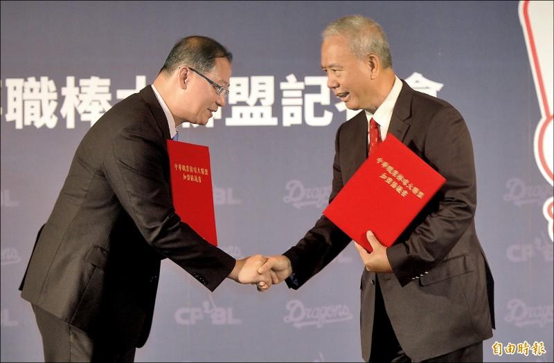 中職會長吳志揚(左)歡迎味全龍隊加入。(記者林正堃攝)