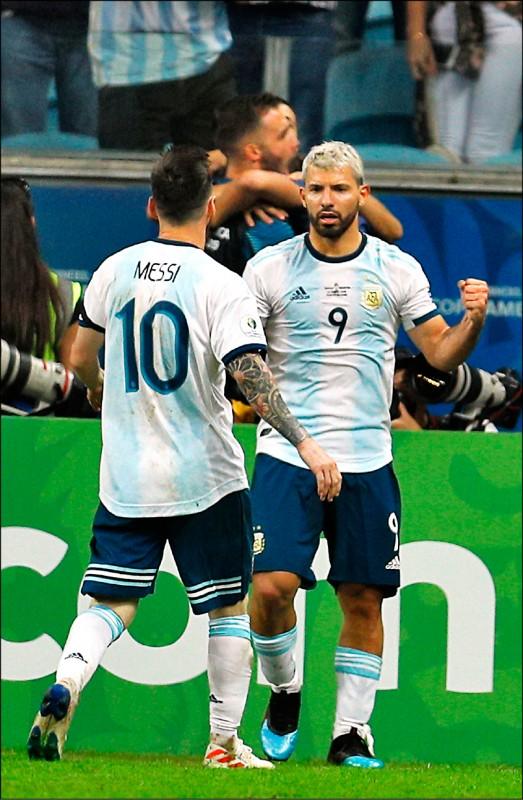 阿根廷前鋒阿奎羅(右)進球,梅西一同慶祝。(美聯社)