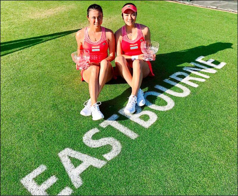 溫布頓網球錦標賽台灣時間今晚開打,詹詠然、詹皓晴昨於草地大滿貫壓軸暖身的英國伊斯特本網賽女雙決賽,以2:6、6:3、10:6逆轉勝費莉普金絲(比利時)/瑪泰克(美國),繼2014年之後第二度在此封后,也是詹家姊妹繼荷巴特、杜哈之後,本季第3座WTA女雙冠軍。 (圖:詹皓晴提供)