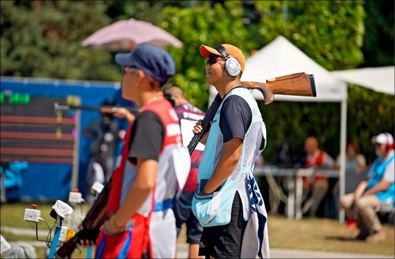 劉宛渝(左起)、楊昆弼射擊不定向飛靶混雙決賽,拿下銀牌。 (大專體總提供)
